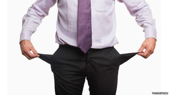 Una persona que se voltea las bolsillos vacíos