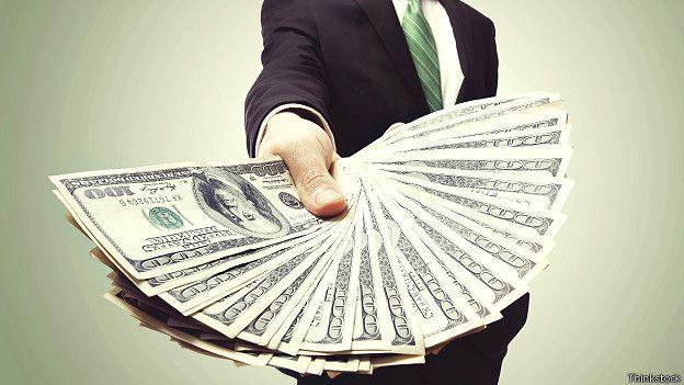 Человек с веером денег в руке