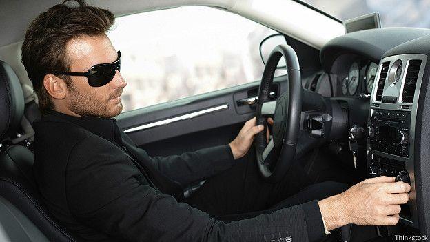 Человек в дорогом авто