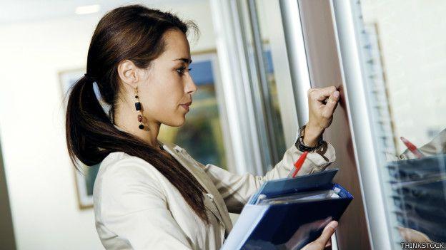 Una empleada toca la puerta de su jefe