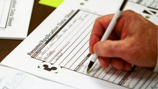 Una persona llenado un CV