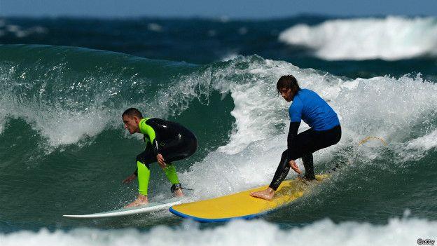 Surfistas sobre las olas