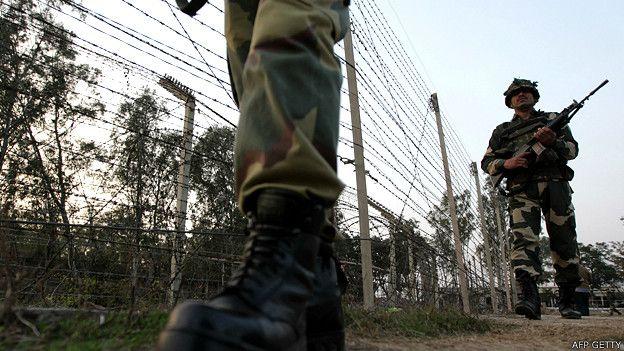 Soldados patrullando la frontera entre India y Pakistán