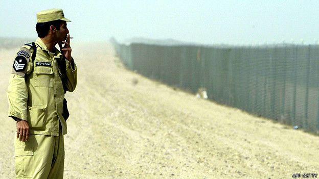 Soldado de Kuwait en la frontera con Irak