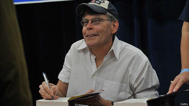 Стивен Кинг дает автографы