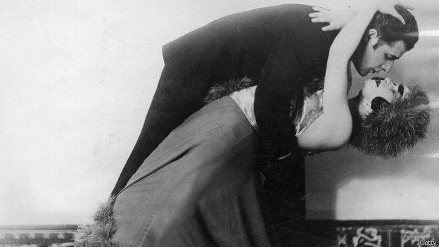 Hombre vestido de mujer bailando lambada