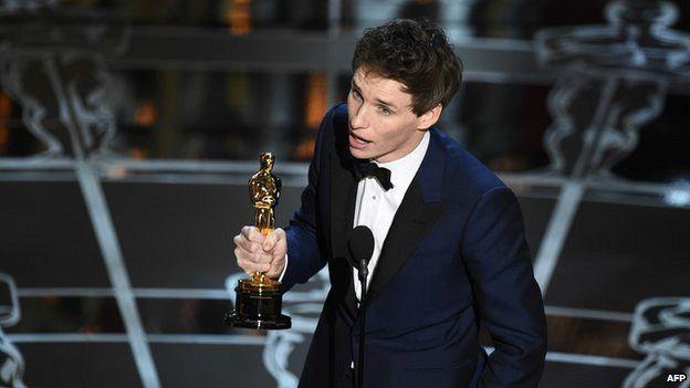En 2015 Eddie Redmayne ganó un Oscar al mejor actor por su interpretación del profesor Stephen Hawking, que tiene la enfermedad de la motoneurona, en la película La teoría del todo.