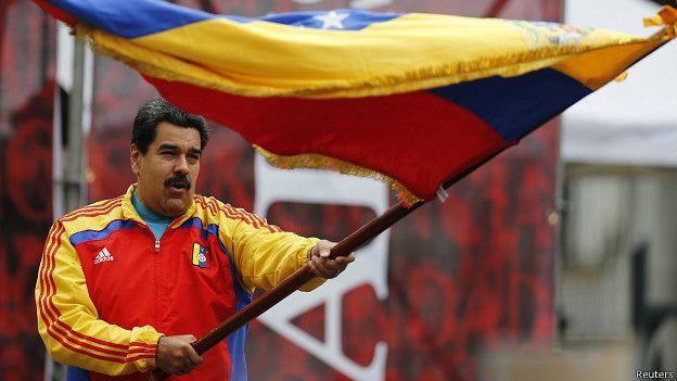 Presidente de Venezuela, Nicolás Maduro ondea bandera de Venezuela