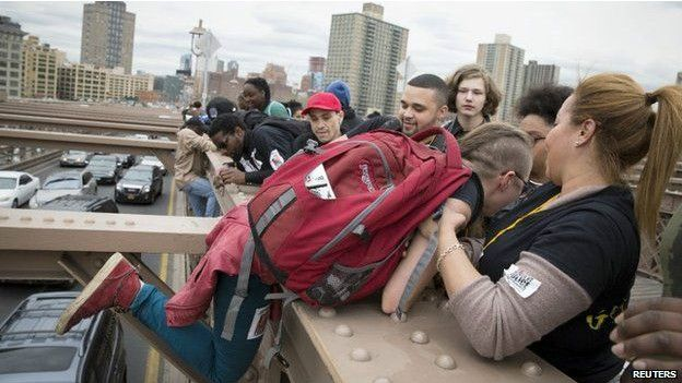 manifestantes en el puente de Brooklyn
