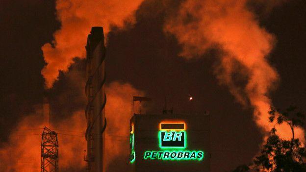 El logo de Petrobras aparece en una refinería cerca de Sao Paulo.