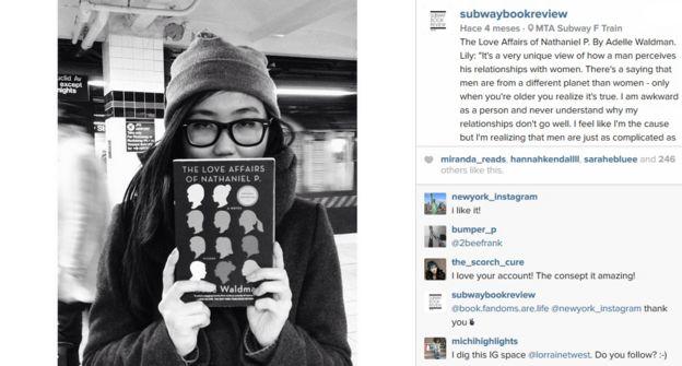 40a3fd0663 La mujer que mira y comparte lo que otros leen en el metro de ...