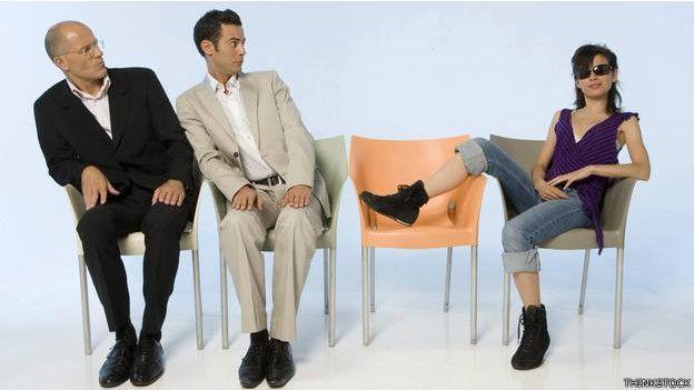 Dos ejecutivos miran a una joven relajada
