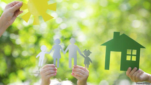 Unas figuras de niños y casa recortados
