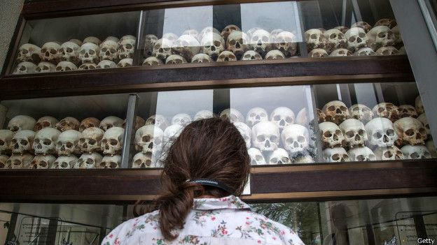 Una persona mira calaveras en un museo