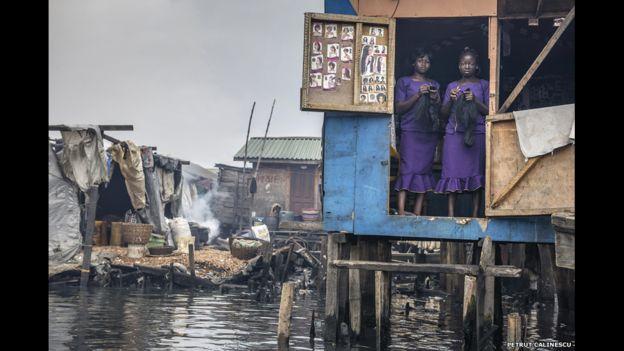 Esta foto de Petrut Calinescu muestra a dos mujeres que dirigen un salón de belleza en su choza en Makoko, un barrio de chabolas construidas en una laguna en el borde de Lagos, Nigeria.