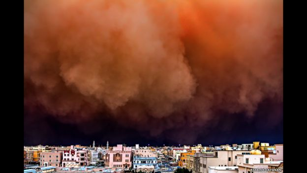 """Rizalde Cayanan sacó esta foto de un enorme muro de arena que envuelve la ciudad de Kuwait. Estas tormentas se conocen como """"haboob""""."""