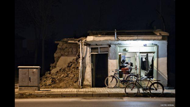 Una solitaria peluquería de Turquía sigue trabajando con el suministro de electricidad en este disparo de Hayri Kodal.