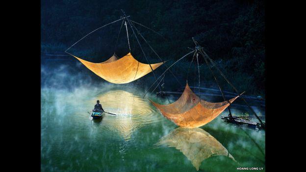 Más de 10.000 inscripciones fueron enviadas por fotógrafos y cineastas de más de 60 países de todo el mundo, incluyendo este disparo de un pescador solitario comprobando sus redes en la noche en Vietnam.