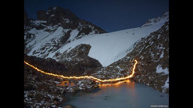 """El fotógrafo británico Simon Norfolk retrató esta imagen de un """"rastro de fuego"""" que marca la desaparición del glaciar Lewis donde solía estar el Mount Kenya en 1987."""