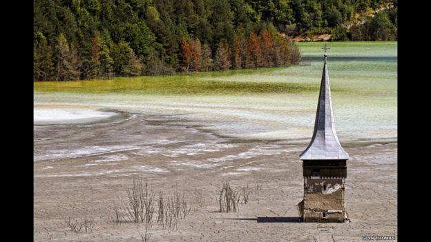 La torre de esta iglesia es una de las últimas señales visibles de la aldea rumana de Geamana. Fue inundada para crear un estanque para los residuos tóxicos de una mina de cobre. La instantánea es de Glyn Thomas.