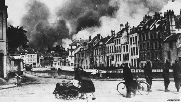 Refugiados huyendo del bombardeo de Dunquerque