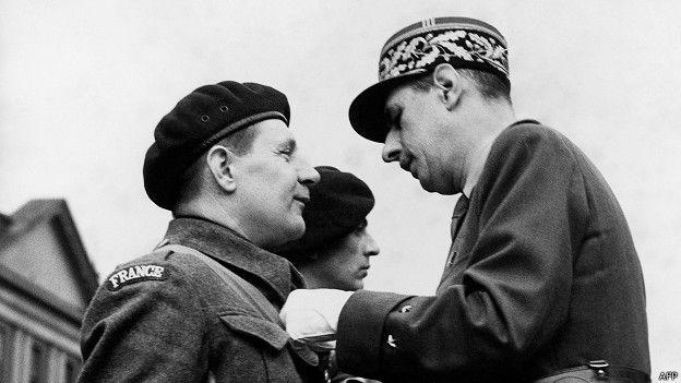 De Gaulle condecora a un soldado francés