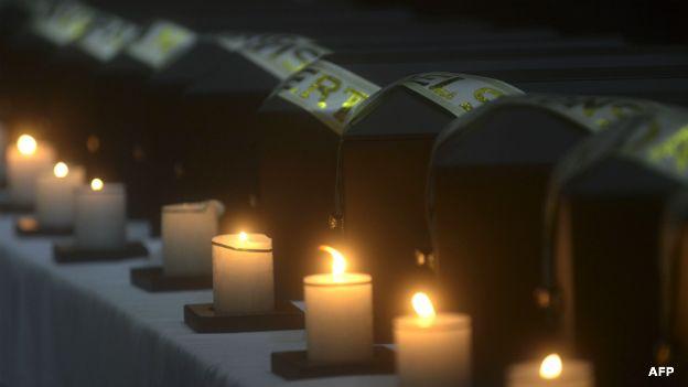 Urnas funerarias con restos de 19 personas desaparecidas, que fueron encontradas en una fosa común.