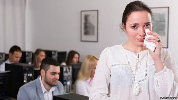 Una empleada llorando en la oficina