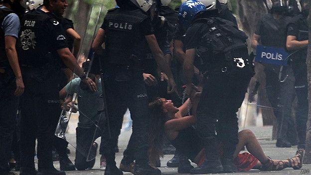 Una estudiante es detenida
