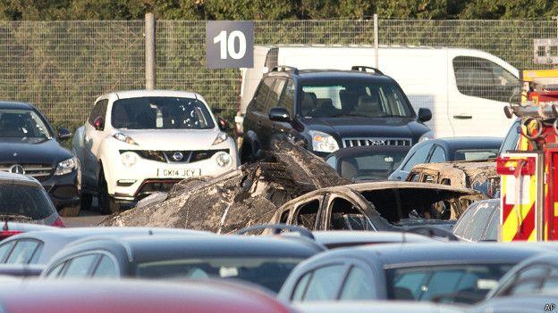 Restos calcinados de un vehículo tras la explosión