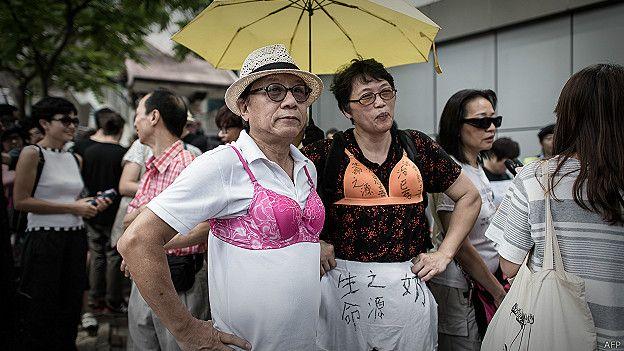 Manifestantes con sujetadores