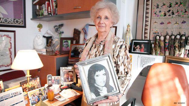 Estela de Carlotto, con una foto de su hija Laura