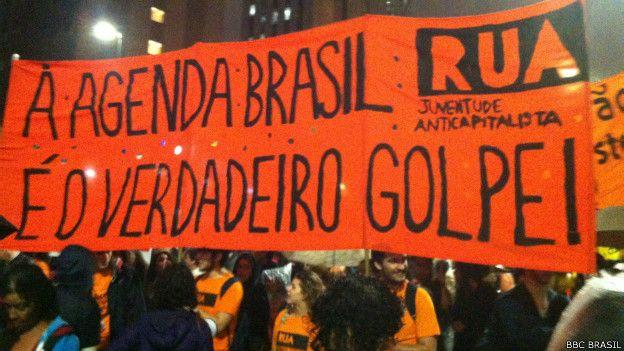 Manifestantes pro Rousseff y contra la agenda que negocia el gobierno con el Senado, que llaman de