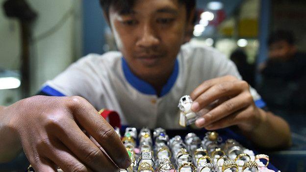 Vendedor en una joyería en China