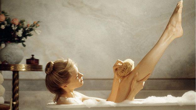 Mujer bañandose en tina