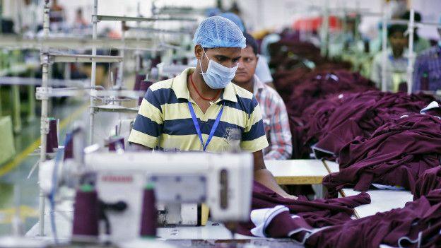 Trabalhador em fábrica de roupas em Nova Delhi, na Índia (Foto: Anindito Mukherjee/Reuters)