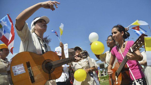 Unas monjas cantan y tocan una guitarra.