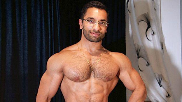 hombre con mucho musculo