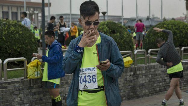 Corredor de maratón fumando