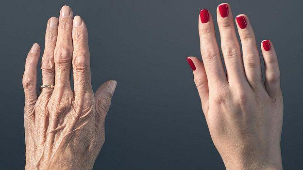 Руки старой и молодой женщин