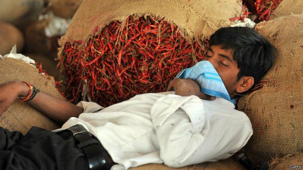 Un hombre duerme sobre un saco de chile picante