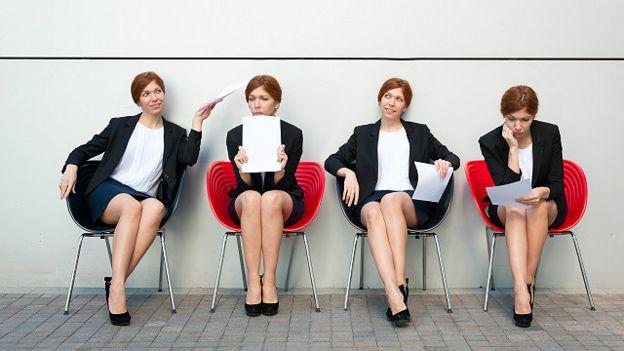 Una persona con diferentes expresiones esperando por una entrevista de trabajo
