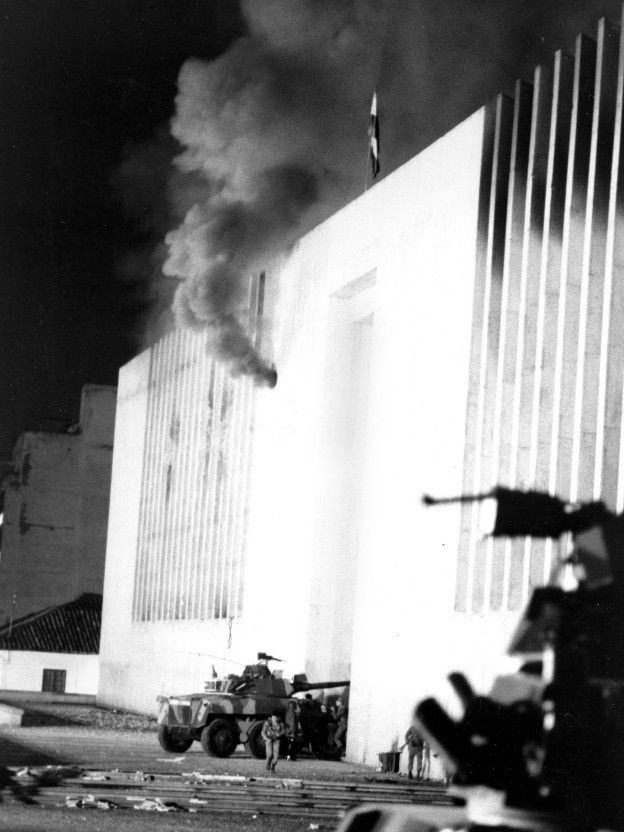 Tanqueta ingresa al edificio del que sale humo.