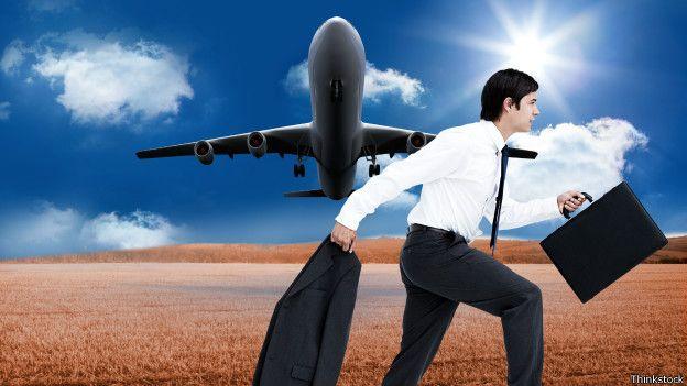 Un ejecutivo y un avión de fondo