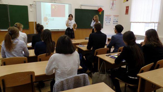 晓明(左)与秀美演示中文会话