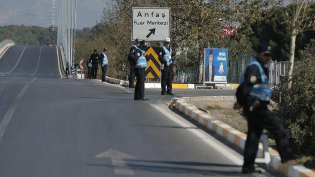 Policiais guardam rota que leva a local da cúpula do G20, na Turquia