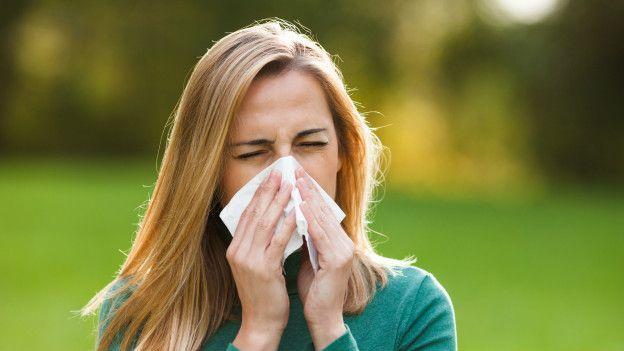 Resultado de imagen para persona estornudando