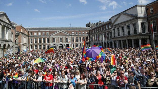 Ciudadanos esperan los resultados del referendum sobre el matrimonio homosexual en Irlanda.