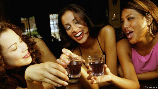 Mujeres tomando