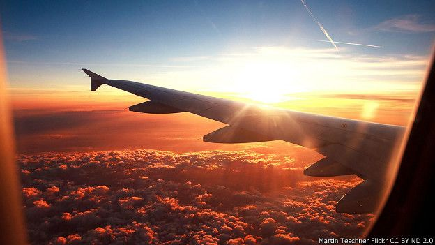 Закат солнца из иллюминатора самолета